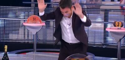 677962 - La anécdota de un concursante de 'Ahora Caigo' que ha pillado totalmente a contrapié a Arturo Valls: ha acabado arrodillado reconociendo la derrota