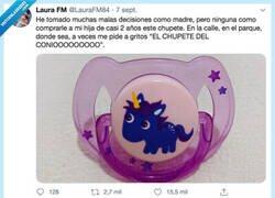 """Enlace a Yo me compré un flotador de unicornio y mi hija de 3 años lo ha llamado siempre """"EL CONIO DE MAMÁ"""", por @LauraFM84"""