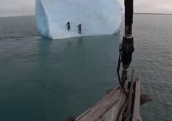 Enlace a Un iceberg vuelca sobre dos exploradores que lo estaban escalando y se van al agua