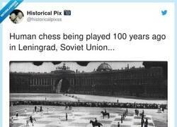 Enlace a Así se disputaba una partida de ajedrez humano hace 100 años, por @historicalpixss