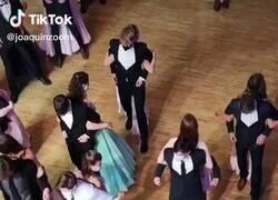 Enlace a Este es el extraño baile de graduación en época de Covid que se ha hecho viral en todo el mundo y que te va a dejar loquísimo , por @LalaChus3