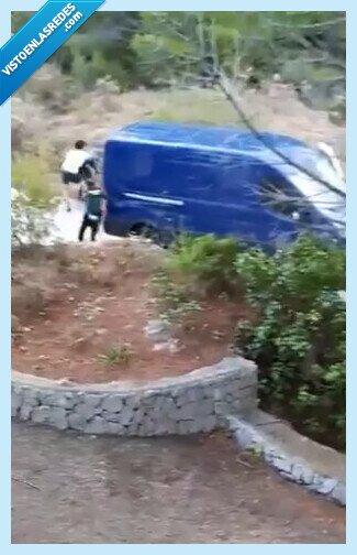 734641 - La brutal emboscada policial en Alicante que parece de película: disparos, agentes por el suelo, una fuga y los vecinos flipando