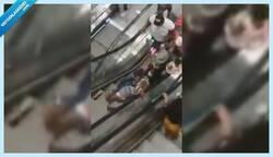 Enlace a Abre el primer centro comercial en Camerún y se hace viral por las tremendas caídas de la gente en las escaleras mecánicas