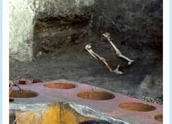 Enlace a Tremendo descubrimiento en Pompeya, un sitio con comida para llevar, aún con restos de comida , por @carmen_caesaris