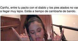 Enlace a Rosalía publica una foto en 'topless' pero todos se fijan en lo que hay en sus pies: imposible no mirar
