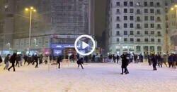 Enlace a Se lía una multitudinario guerra de bolas de nieve en Callao, ou mama, por @_aL__