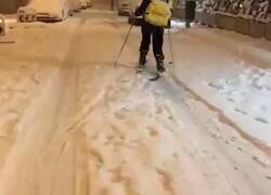 Enlace a Lo último, repartidores de Glovo yendo con esquís por Madrid, por @SocialDrive_es
