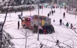 Enlace a Todo el barrio ayuda a rescatar el camión de bomberos que se había colgado por la nieve, por @BomberosMad