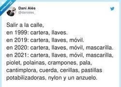 Enlace a En 2022: hacha, bate de béisbol, pistola de bengalas, ajos, estaca... ¿para qué servía la cartera dices?, por @daniales_