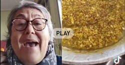 Enlace a La indignación de esta mujer al ver cómo hacen una paella valenciana donde le meten de todo
