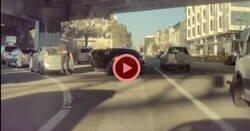 Enlace a La cámara de un Tesla graba un robo en plena carretera al más puro estilo GTA