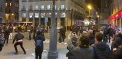 Enlace a Precioso detalle de un manifestante volviendo a colocar en su sitio una papelera lanzada por la policía