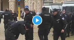 Enlace a La policía búlgara disparó gas lacrimógeno a contraviento  y ojo a lo que sucedió