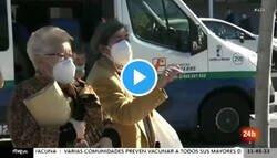 Enlace a Dos dignas ciudadanas de Madrid le cantan las 40 a Ayuso en plena calle