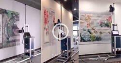 Enlace a Impresora vertical pintando la pared de una oficina, por @becarioenhoth
