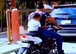 Enlace a Pensaba que le daba un patadón fuera de la moto, pero no, por @Alphahumanz