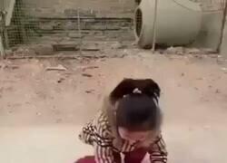 Enlace a ¿Pero qué clase de brujería usa esta niña?, por @cctv_idiots