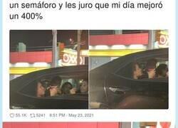 Enlace a Lo último en sorprender a las redes es un mapache saliendo de fiesta con colegas en un coche, por @ChicaQuesos