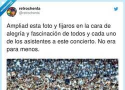Enlace a También es curioso que la gente disfrutara del concierto sin la obsesión de grabarlo con móvil, por @retrochenta