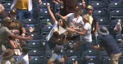 Enlace a Una mujer pilla una pelota con una mano, mientras con la otra sujeta a su bebé, durante un partido profesional de béisbol
