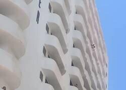 Enlace a Así están ahora mismo los balcones de los adolescentes cerrados en el hotel de Mallorca, por @xiscoumbert