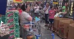 Enlace a Lo que pasa en este Walmart es de locos: suena el himno de EEUU y ojo toda la gente, por @Thorsome4
