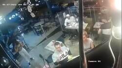 Enlace a Un hombre no deja de comer sus alitas de pollo durante un robo a mano armada en un restaurante en México