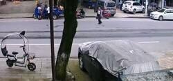 Enlace a Un anciano que paseaba por la carretera provocó un accidente automovilístico que ocasionó el choque de al menos dos camiones y un coche