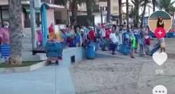 Enlace a La locura que se desata entre los abuelos en las playas de Torrevieja para plantar la sombrilla, por @TirodeGraciah