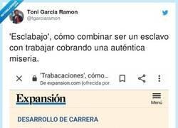 Enlace a La foto de la chica SONRIENDO con el portátil y el móvil en la playa da escalofríos, por @tgarciaramon