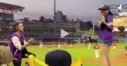 Enlace a Propone matrimonio a su novia durante un partido de béisbol y esta huye llorando frente a la multitud