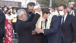 Enlace a Macron llega a la Tahití y lo entierran a collares de flores, se queda flipando, por @alberto_romera