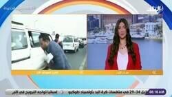 Enlace a Un periodista de la televisión egipcia fue embestido por una moto mientras estaba haciendo un reporte en vivo sobre el tráfico