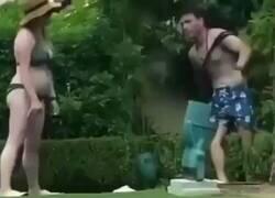 Enlace a Esta secuencia de estos dos novios borrachos intentando levantarse es oro, por @Es_de_EBRIOS