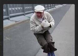 Enlace a Un anciano ruso de 74 años maravilla por sus habilidades en skate, por @ActualidadRT