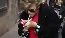 Enlace a Uno de mis vídeos favoritos es una chica española que le dice a David Bowie que qué morro, que le devuelva su boli