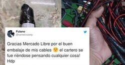 Enlace a Pide unos cables por internet pero los repartidores son tan troll que se lo envuelven con forma de faIo , por @santacruzarg