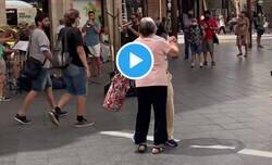 Enlace a Este señor saca a su esposa de la fila del bus para bailar con ella en plena calle, por @womanscroquets