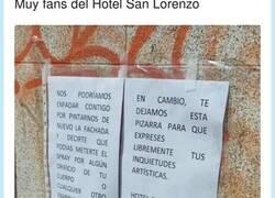 Enlace a Muy fans de la vacilada de este hotel a los graffiteros que les pintan las paredes, por @LiosdeVecinos