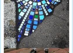 Enlace a El artista Ememem tapa grietas en la calle con trozos de cerámica y queda espectacular, por @evaspinola70