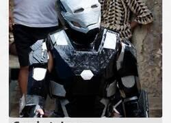 Enlace a Manipur Prem Ningombam, de 20 años, mostró sus trajes robóticos inspirados en el superhéroe Iron Man hechos de cartón y desechos electrónicos