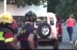 Enlace a Periodistas dejan lo que están haciendo para ayudar a una familia a evacuar su hogar en La Palma