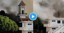 Enlace a Momento en el que la lava del volcán de La Palma 'se traga' el campanario de la iglesia de Todoque, por @ActualidadRT