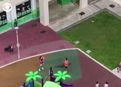 Enlace a Niños de Singapur jugando al Juego del Calamar, como si no hubiera jugado yo de pequeño, por @CBSNews