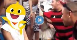Enlace a La niña estaba llorando en el metro, así que este grupo de chicos comenzó a cantar Baby Shark para animarse, por @gabymenta