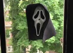 Enlace a Qué canguelo si la ves con la máscara por la calle de noche, por @Todd_Spence