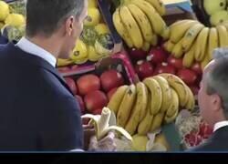 Enlace a Todo el mundo se está riendo de este vídeo donde se ve cómo Pedro Sánchez supuestamente ayuda a la La Palma