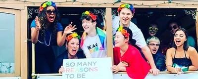 15360 - Así celebró el reparto de Por 13 razones el Día del Orgullo LGTB